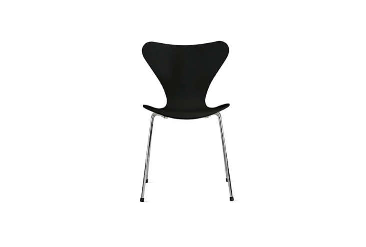 the arne jacobsen–designed series 7 dining chair is available in several diff 15