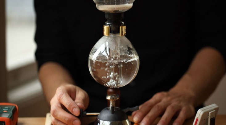 A siphon coffee brewing guide from Blue Bottle Coffee.