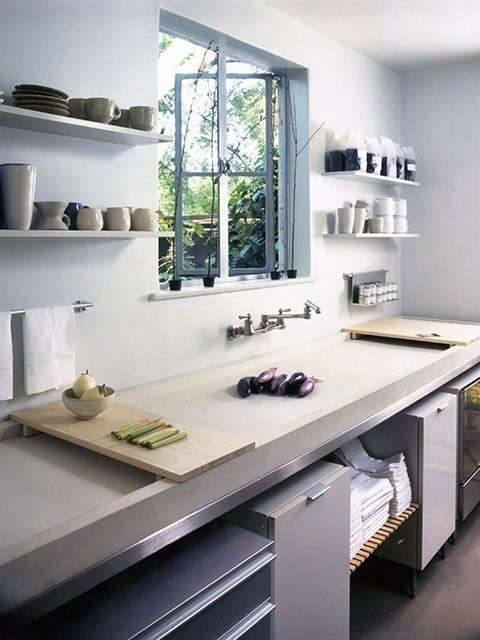 Pasadena Project | Cabana Kitchette: Exposed shelving, a narrow trough sink with sliding bamboo cutting boards and an oven on wheels help maximize this cozy kitchette. Photo: David Phelps