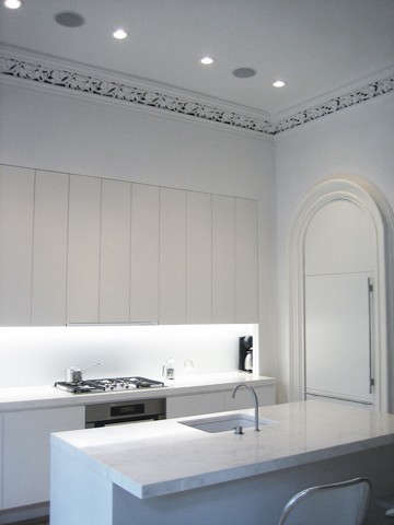 Chelsea Townhouse: a modern kitchen fit queitly within an ornate pre-war townhouse