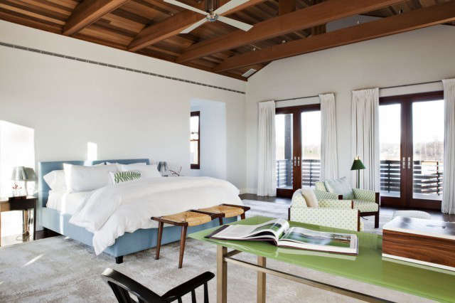 Long Island Residence: Upholstered Bed90° Table Photo: Manolo Yllera