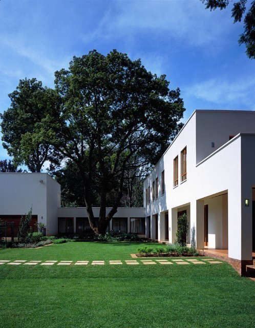north house, johannesburg: this courtyard house is designed to wrap around an e 10