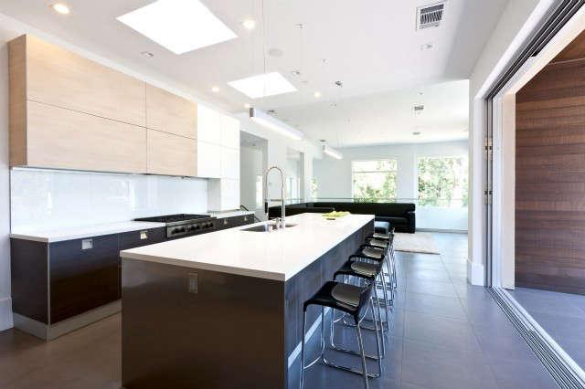 Kriste Michelini Interiors Orinda Residence &#8\2\1\1; Kitchen III: Modern Kitchen &#8\2\1\1; Indoor Outdoor Photo: Lisa Duncan