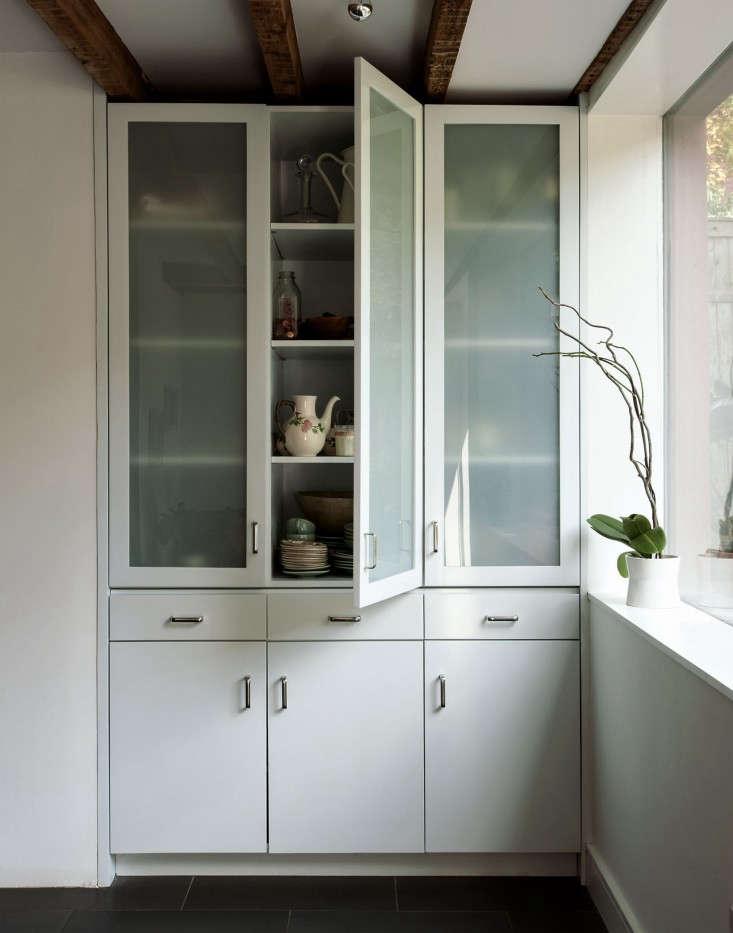 Um armário de vidro em Rehab Diary: A Hardworking Brooklyn Kitchen, da arquiteta Annabelle Selldorf.