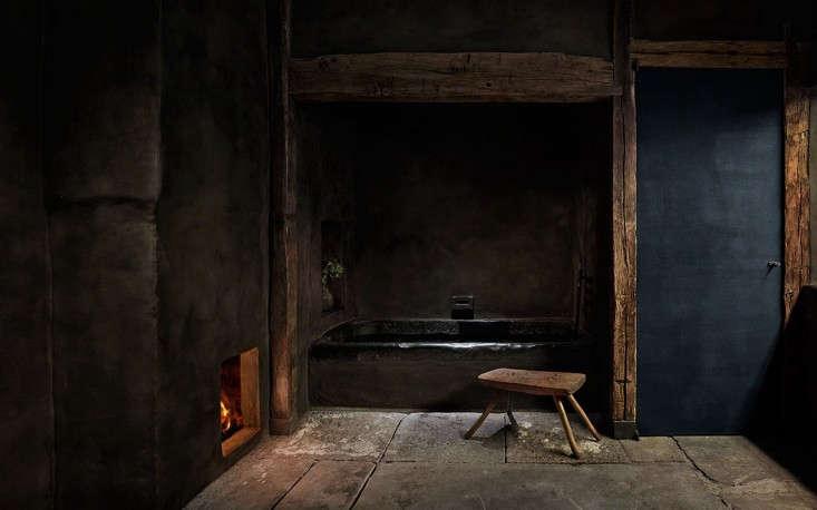 The Bath en Noir 10 Favorite Moody Black Bathrooms portrait 3_18