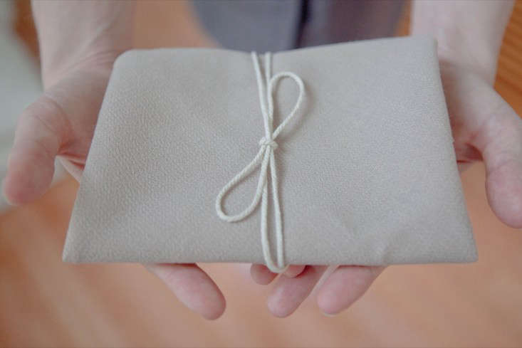 Tie up the package with string, and you have a nice protective cloth for your gift card.