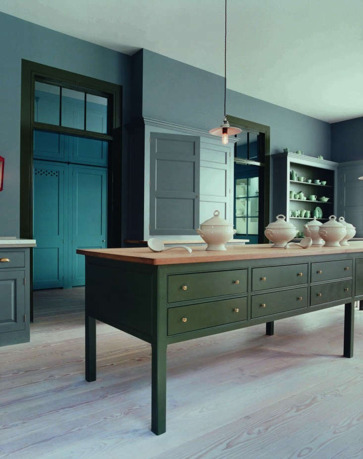 Trend Alert 10 Favorite TimeTested Dark Green Kitchens A dark green island from Plain English&#8\2\17;s traditional Spitalfields line.See more on the Plain English page in our Architect/Designer Directory.Photograph courtesy of Plain English.