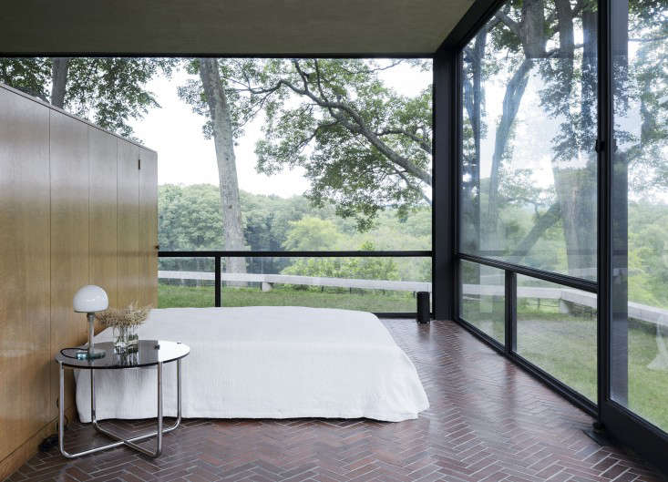 14 Lessons in Minimalism from the Glass House portrait 21