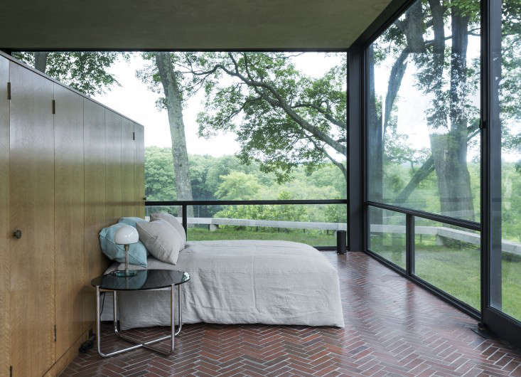 14 Lessons in Minimalism from the Glass House portrait 25