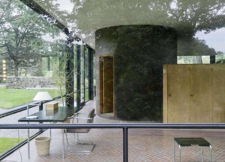 14 Lessons in Minimalism from the Glass House portrait 16