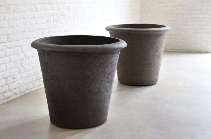 Meredith goes sleuthing for the best and biggest terracotta planters in Easy Pieces–and then explainsHow to Prevent Terracotta Cracksin the winter.