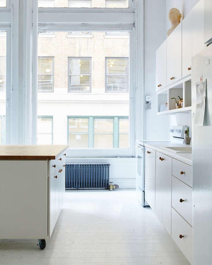 A Modern Office on a Startup Budget Brad Sherman for Sakara Life portrait 6