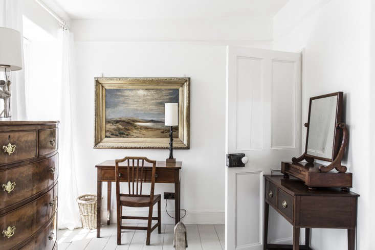 traditional furniture looks equally at home against the white walls. 13