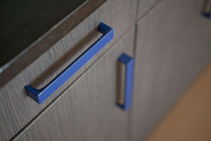 Expert Advice 23 Genius Reversible BudgetFriendly Hacks to Transform a Rental Apartment Or, wrap cabinet pulls in tape (these, inRental Rehab: The DIY New York Apartment, are wrapped intextured blue duct tape cut with an X Acto knife); rope or cloth could also work.