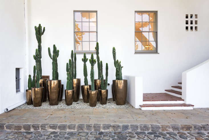 Burnished gold planters add new glamour to an old Hollywood estate that once belonged to Howard Hughes. Take a tour–and learn where to source the pots–in this week&#8