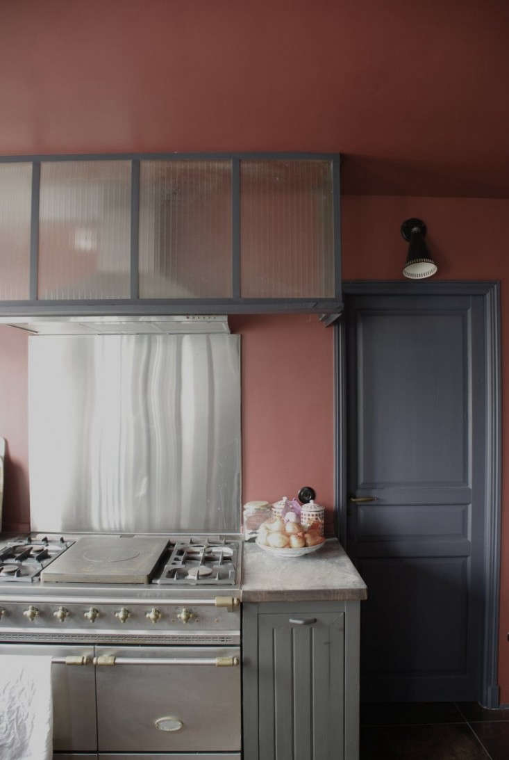in paris, designer marianne evennou does up anapartment kitchen in rouge and  15