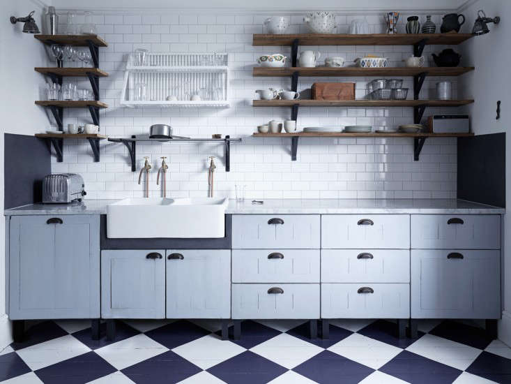 Steal This Look A Classic English Kitchen for an OscarWinning Costume Designer portrait 3