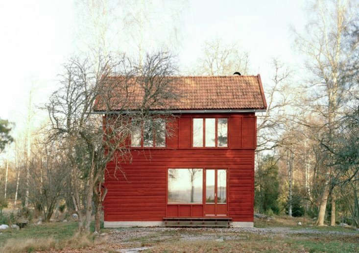 Persson added a second level to the existing structure; the second floor is divided into two load-bearing walls that allow the first floor to be entirely open.