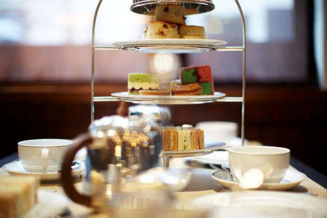 640 the delaunay tea setting with cake stand lr