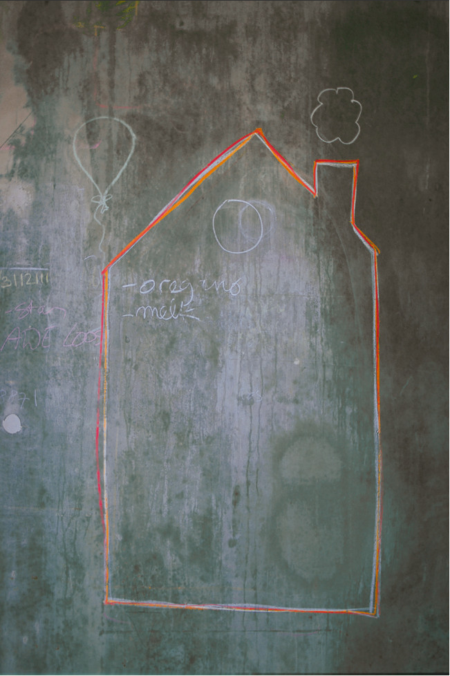 an island home in amsterdam chalk wall