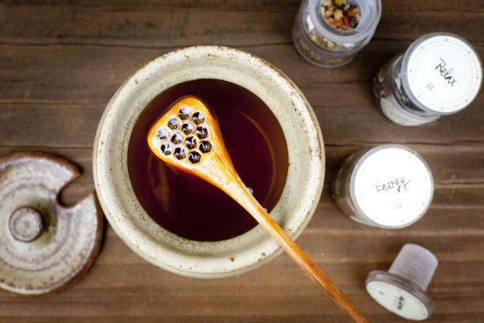700 backyard beekeeping honey jar open