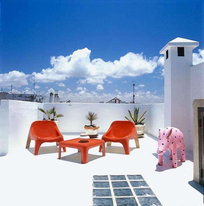 700 1dar beida red chairs upstairs