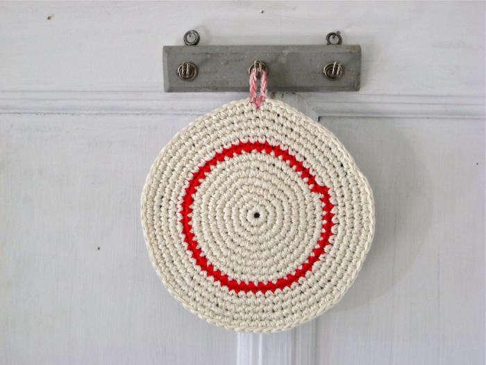 700 renilde de peuter   red stripe pot holder
