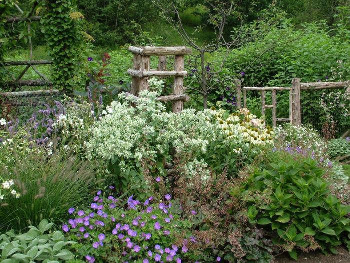 700 leva garden fencing