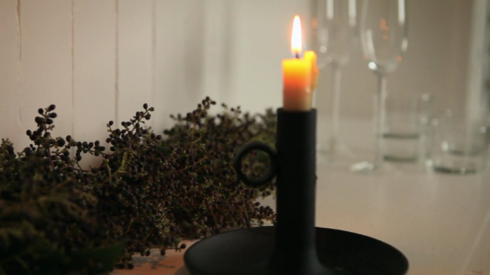 a privet garland, with candlelight, makes for a festive tabletop. seediy vide 13