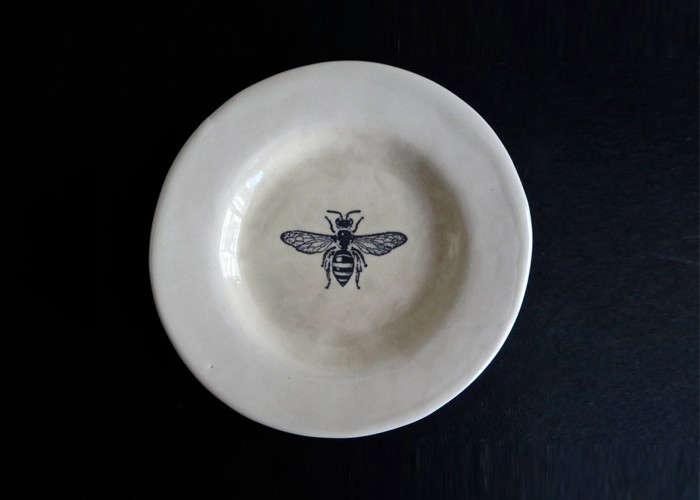 rae dunn ceramic bee plate | remodelista 19