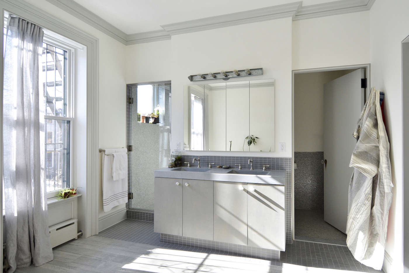 architects gregory merkel and catalina rojas townhouse master bath | remodelista 19