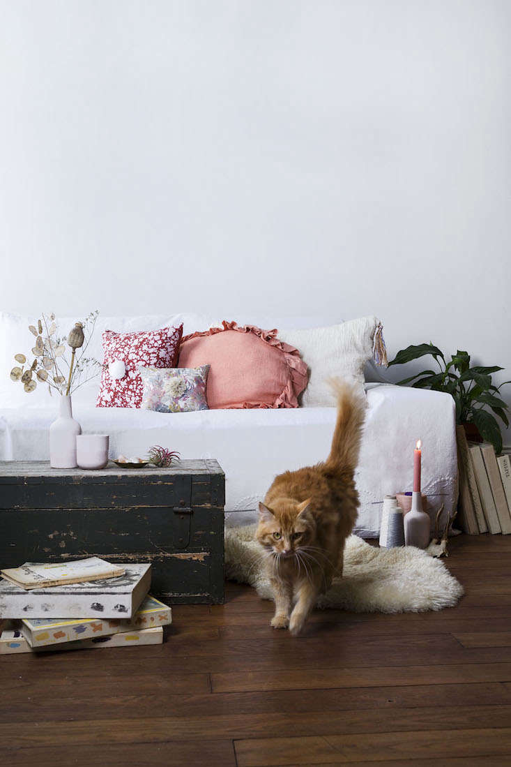 marika cushions couch remodelista 2 10
