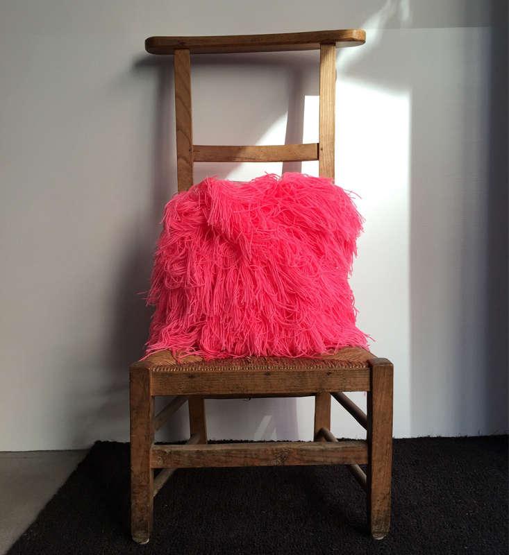 a detacher hot pink pillow remodelista 9