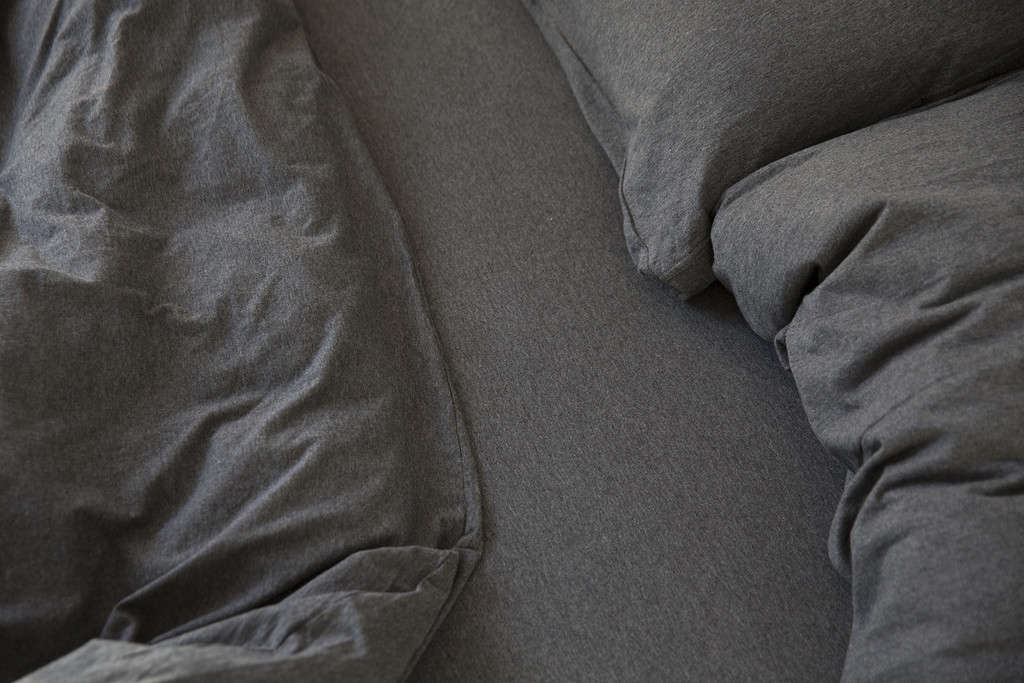 dehei-charcoal-bedding-remodelista-2
