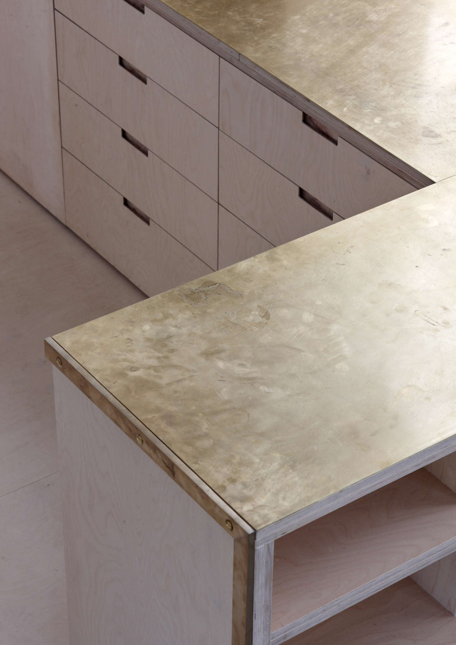 The counters(two layers of mm birch ply bonded with twomillimeters of brass:total thickness 38 millimeters)are unlacquered and intended togather fingerprints and patina over time. Allmillwork was designed byMcLarenExcell and fabricatedlocally.