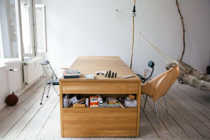 10 Easy Pieces Hardworking Desks Mira Schroder Freunde von Freunden Remodelista 06 733x489