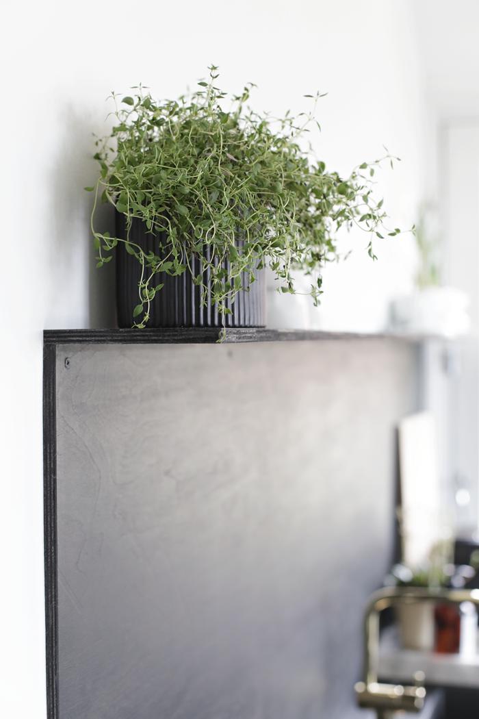 Nina-Holst-Stylizimo-kitchen-DIY-black-backsplash-Remodelista-6