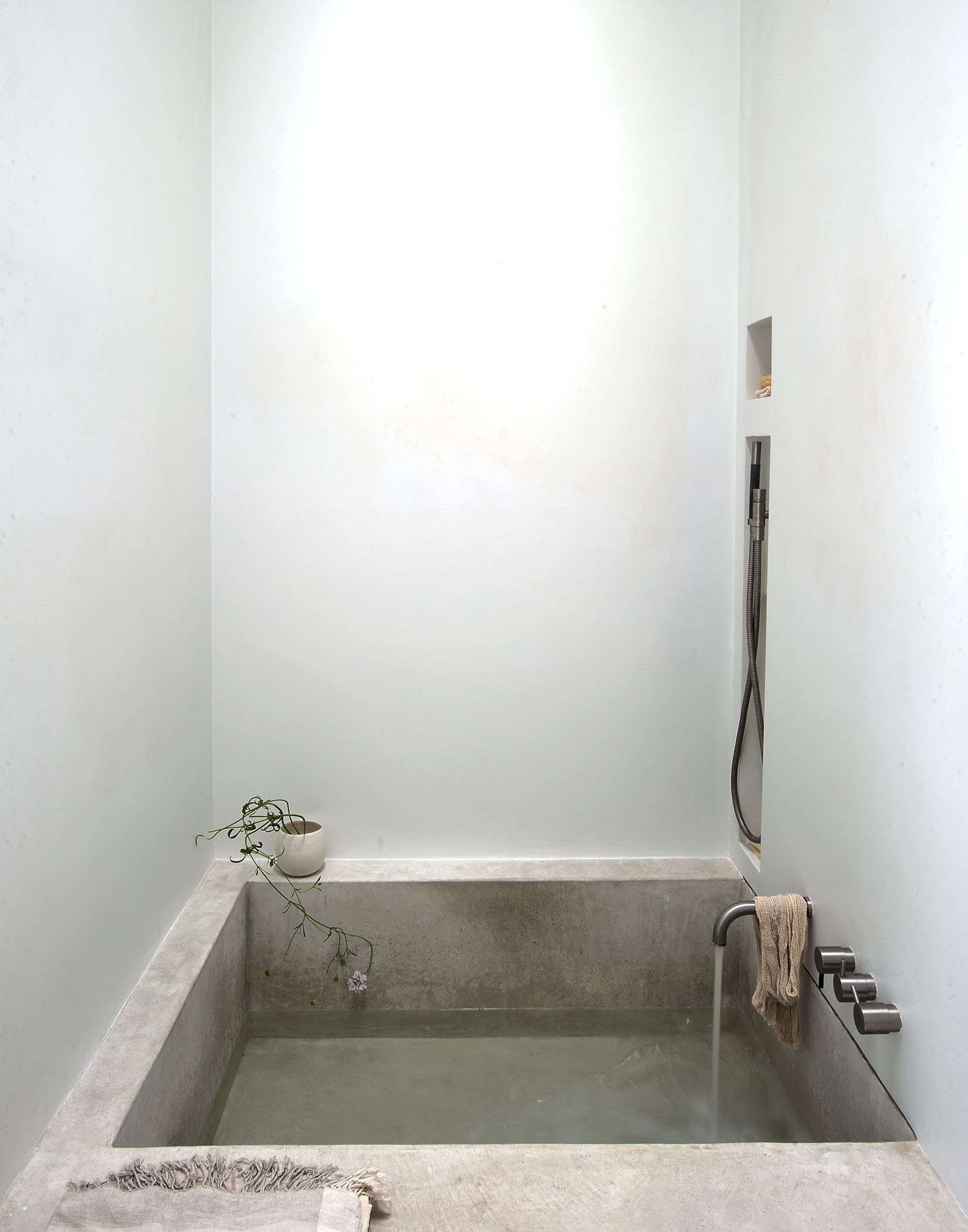 Tiny spa bath in LA by Michaela Scherrer photo by Matthew Williams   Remodelista