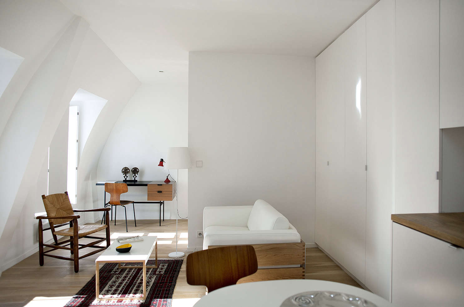 paris all white pied a terre, a garret remodel in montparnasse by architect phi 11