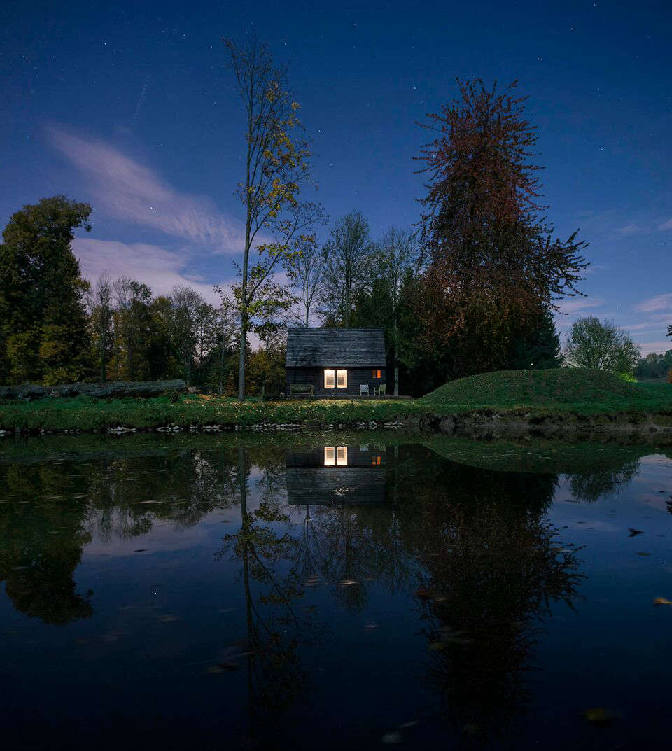 belgian cabin at dusk designed and built by london architecture firm de rosee s 18