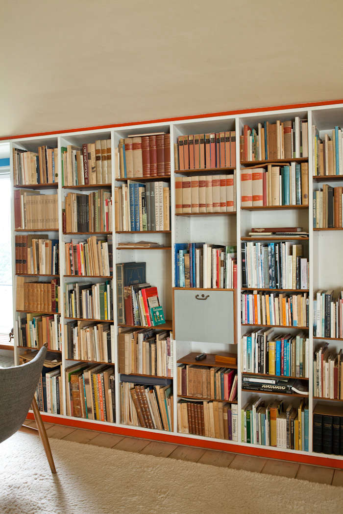 A bookcase trimmed in bright red paint (like Benjamin Moore&#8