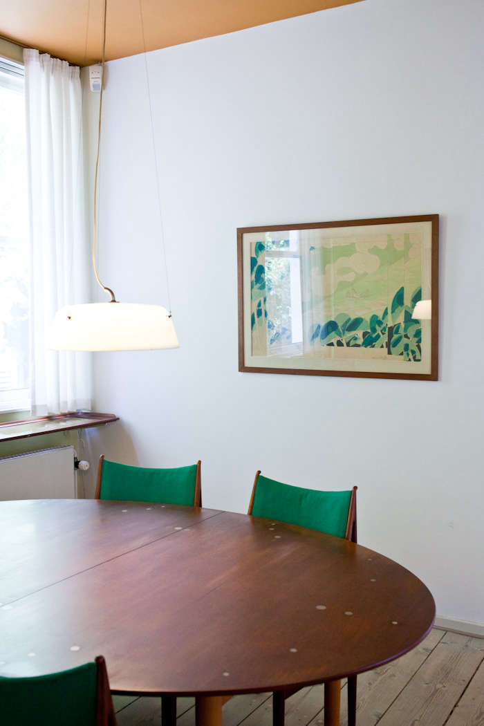 The green in the painting by Richard Mortensen is reflectedin the Finn Juhl Egyptian Chairs (49).