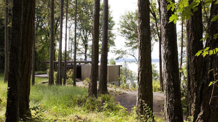A Puget Sound Cabin That Rests Lightly on the Landscape A winding trail leads to the house from the road, and another trail links the house to the beach and the family&#8\2\17;s kayak shed. The house&#8\2\17;s bedroom wing, farthest to the right, is clad in weathered cedar.