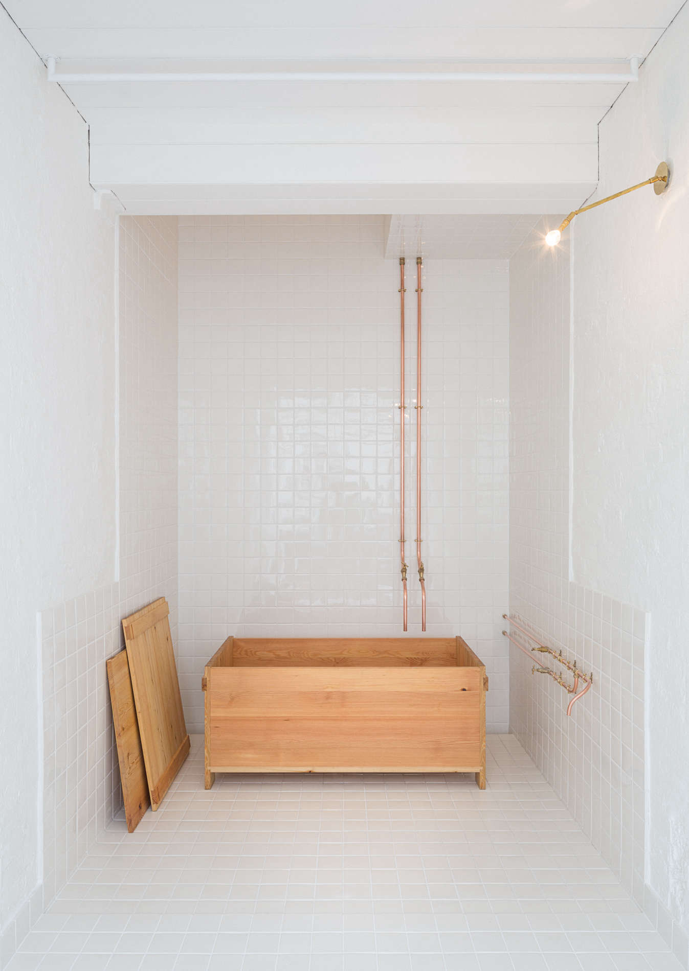 The Badbox is a smaller tub that can be customized for various dimensions and needs (Studio Anna van der Lei works closely with each client to create the right tub). Photograph by Dirk Lindner, courtesy of Anna van der Lei.