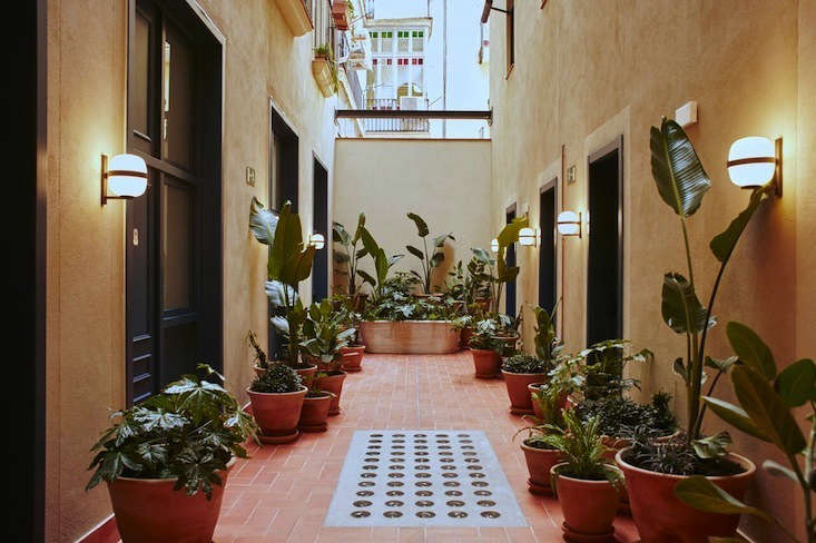 the hotel&#8\2\17;s inner courtyard was revived by careful renovation. alej 13