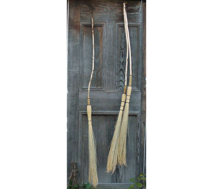 With its untrimmed ends, the Cobwebber (an unwelcome sight for Charlotte, the spider) is most similar to the besom-style broom. These start at $ each at Brenwood Forge & Brooms, in West Virginia.