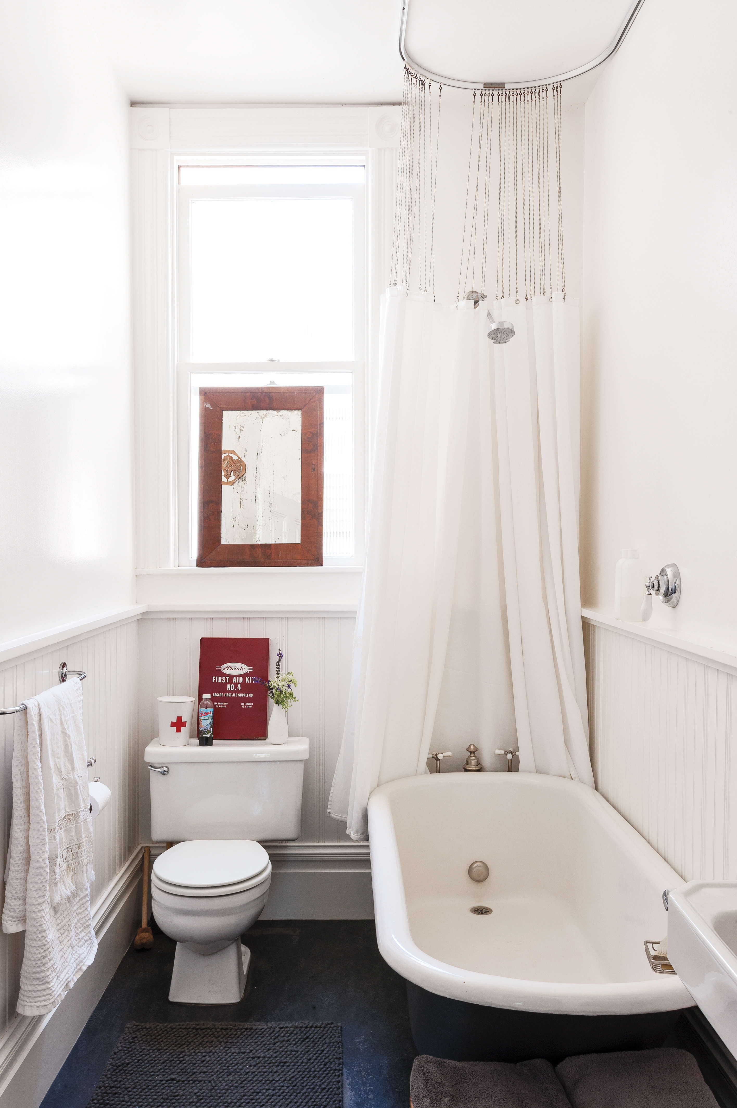 in her wee bath, clothing designer dagmar daley ditched her curtains, used all  19