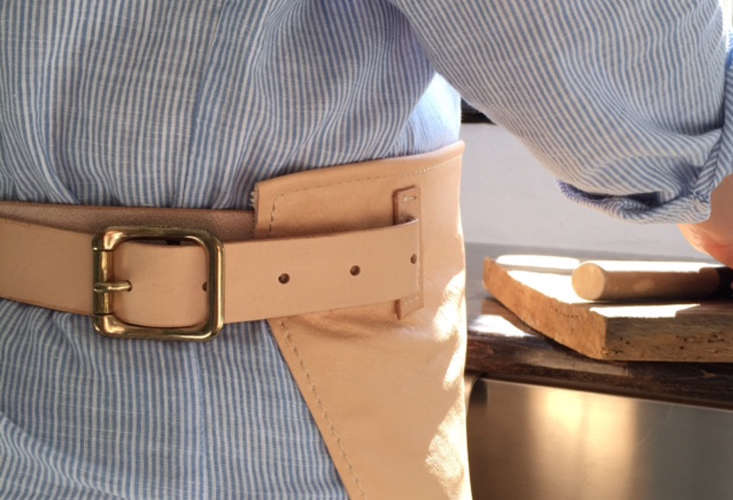 mo denmark leather sommelier apron in leather 10