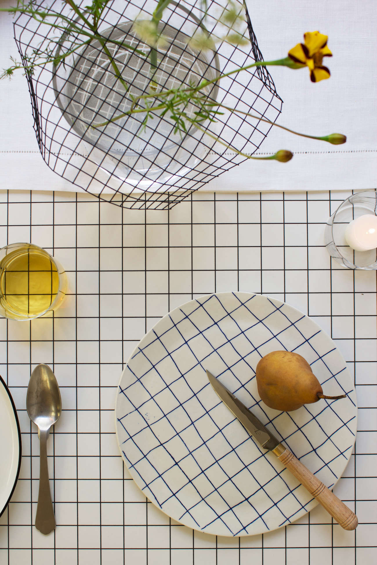 modern-thanksgiving-table-setting-grid-plates-tablecloth-david-stark