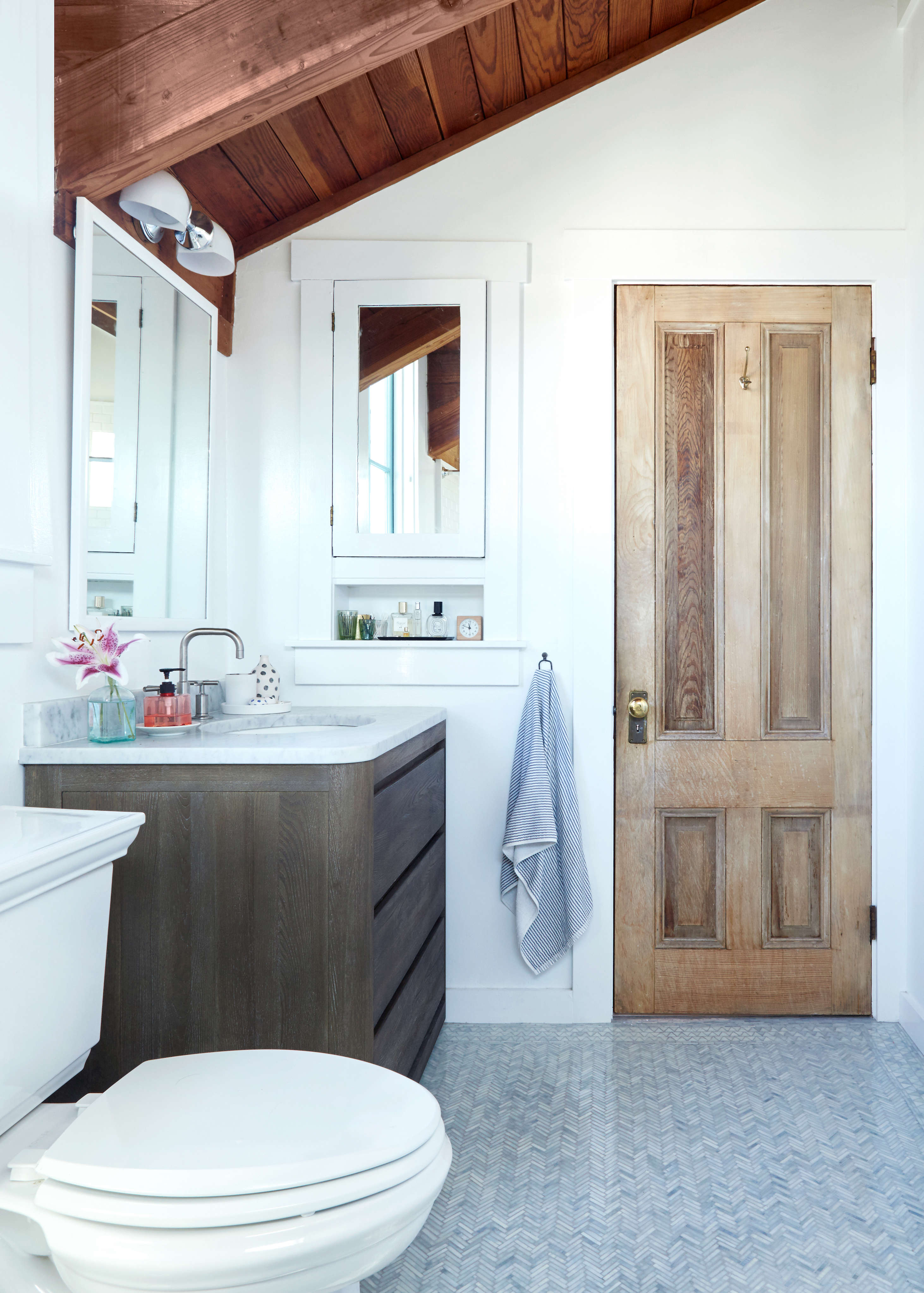 Wanting to inject a bright, clean look to their master bath, Brackett and her husband askedMyers to createa floorevocative of &#8